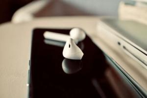 Use wireless earbuds